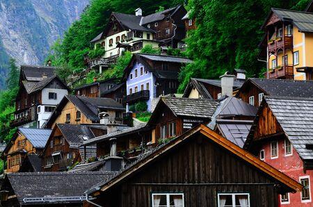 Kleurrijke oude houten huizen in Hallstatt aan het meer