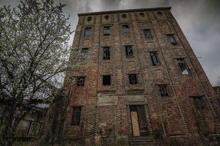 alta fábrica abandonada vieja