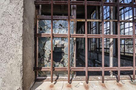rejas de hierro: ventana con barras de hierro gruesa