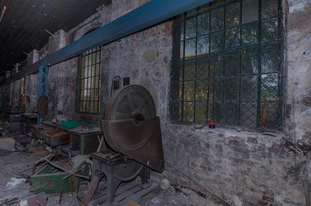 maquinaria vieja en fábrica abandonada