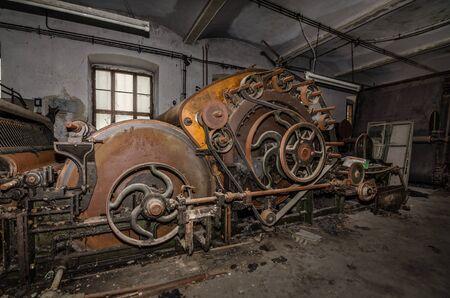 maschine: maschine mit vielen raedern in einer alten fabrik Stock Photo