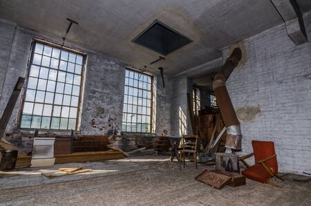objetos antiguos en fábrica abandonada