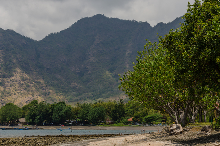 Strand mit Berg am Meer in Bali Standard-Bild - 75244927