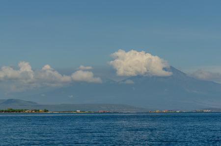 Hoher Gebirgsvulkan mit Wolken in Meer Standard-Bild - 75244931