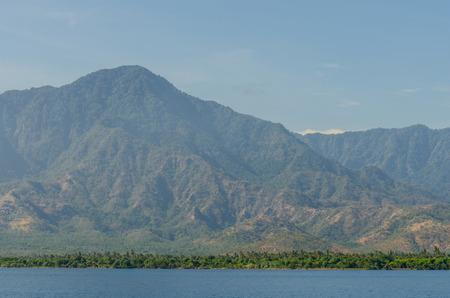 Hohe Berge mit Bäumen und Meer Standard-Bild - 75244929