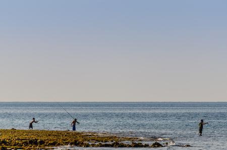 Drei fischer am strand am meer in bali Standard-Bild - 78389451