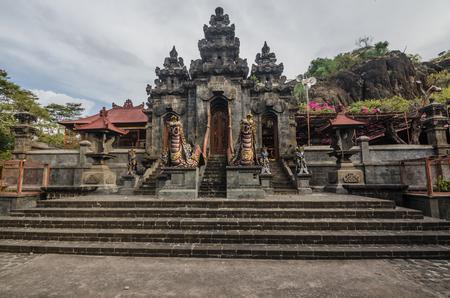 sacerdote: complejo de templos en una montaña en Bali, indonesia Foto de archivo
