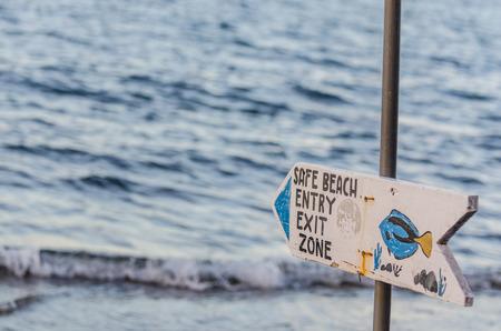 Sicheres Strandschild im Urlaub am Meer Standard-Bild - 78415119