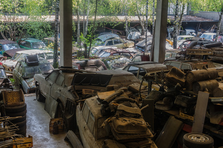 overview of cars on a abandoned junkyard 스톡 콘텐츠