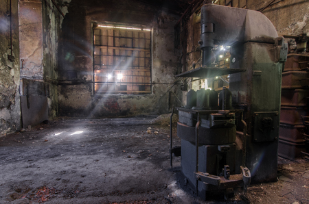 Old press in an abandoned factory Imagens