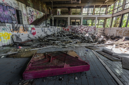 Old abandoned indoor pool with graffiti 스톡 콘텐츠