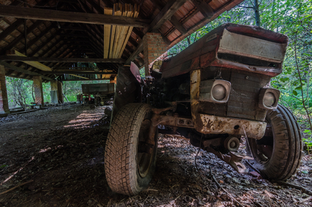 Big view old tractor in a barn Imagens