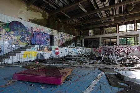 Empty abandoned indoor pool in a city Standard-Bild