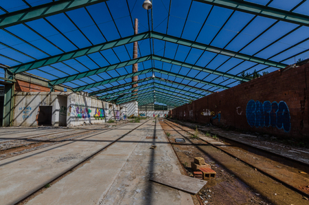 abandoned factory with steel structure as a roof Imagens
