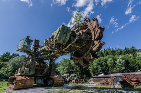 abandoned bucket wheel excavator with blue sky and white clouds Imagens
