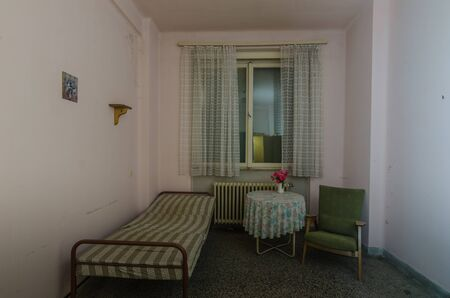 Illness room with table and flowers in an old hospital Stockfoto