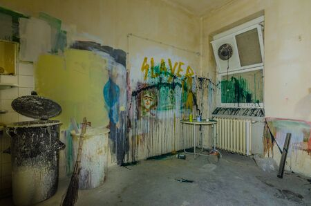 Colorful paint on walls of a sickroom in a hospital Standard-Bild - 131596206
