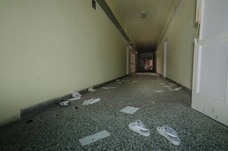 White shoes in corridor of old hospital Stockfoto