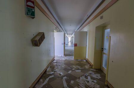 Open doors and destroyed corridor in old hospital Stockfoto