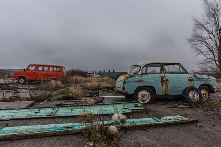 Various old cars on a abandoned junkyard 版權商用圖片