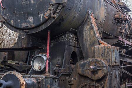 Vista detallada de una locomotora de vapor con luz debajo de la caldera Foto de archivo