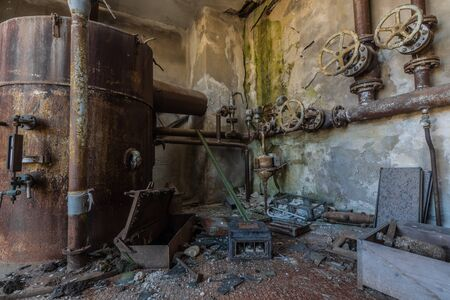 Rusty boiler and pipe system in a factory Imagens