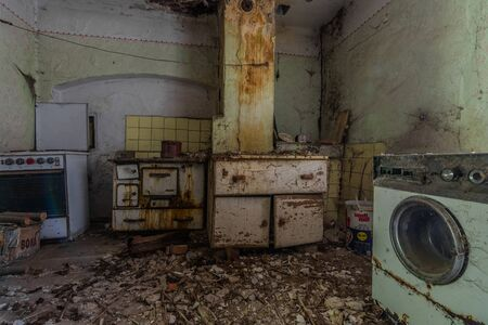 washing machine and oven in a room of a house in the country Imagens