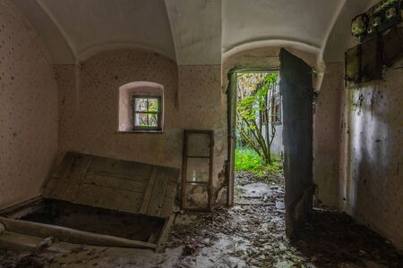 open cellar in an abandoned house Imagens
