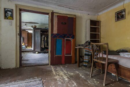 objects and furniture in the room of an abandoned house Imagens