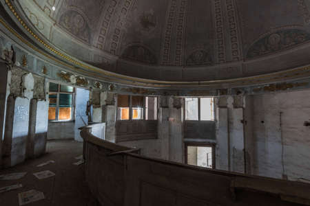 round room and dome with ornaments in a abandoned castle Archivio Fotografico