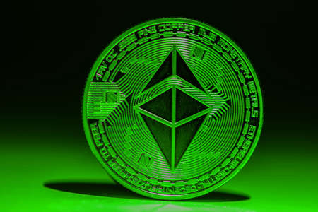 valueable single green shining ether coin from ethereum with_shadow Banque d'images