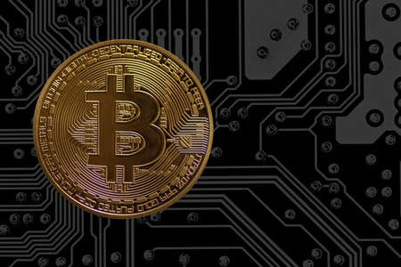 single valuable golden bitcoin currency on a gray electrical circuit diagram Banque d'images