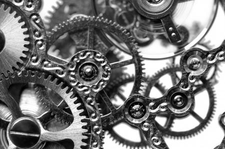vista de cerca en blanco y negro de mecanismo de reloj