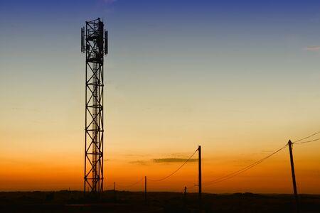 torres de alta tension: torre gsm y torres telefónicas viejas siluetas al atardecer