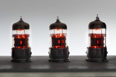 trois tubes d'amplificateur lumineux orange vintage