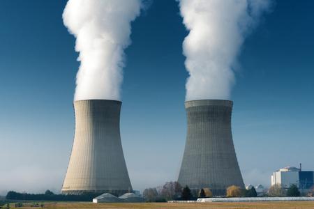 deux tours de refroidissement de la centrale à la vapeur sur fond de ciel bleu foncé