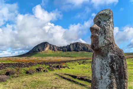moai: Primer plano de un moai en Ahu Tongariki con la cantera del Rano Rraraku en el fondo, la Isla de Pascua (Rapper Nui), Chile