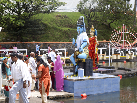 sacra famiglia: GRAND BASSIN, MAURITIUS - FEBRUARY 24, 2011: Pilgrims pray before the Statues of their gods during the Hindu festival of Maha Shivaratri in Mauritius.