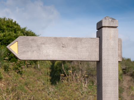quin: Blank wooden sign on the cornish coast path between Port Quin and Port Isaac in north Cornwall Stock Photo
