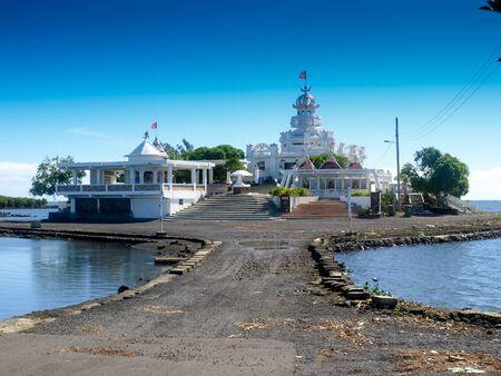 Hindu temple on a small peninsula near Poste de Flacq in Mauritius 版權商用圖片 - 48452988