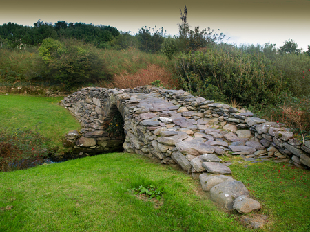 dingle: Old stone bridge on the Dingle peninsula in Ireland