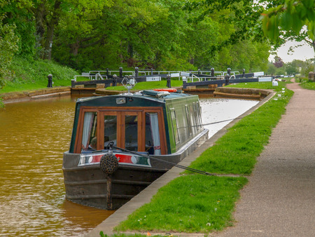 Mooring narrowboat on the Trent and Mersey Canal in front of the Red Bull Lock near Stoke-on-Trent in Staffordshire, England. 스톡 콘텐츠