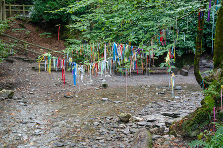 Clootie Tree at St Nectans Glenn near Tintagel in north Cornwall. Clootie Wells are places of pilgrimage in Celtic areas. Strips of cloth or rags are usually tied to a branch as part of a healing ritual. Standard-Bild