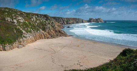 View of Porthcurno Beach in south Cornwall on a cloudy September day. 版權商用圖片 - 137930342