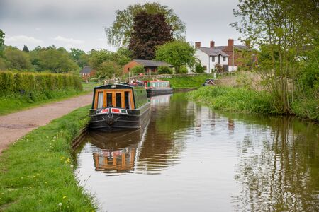 Scenic canal view with mooring narrowboats on the Llangollen Canal near Whitchurch, Shropshire, UK 版權商用圖片 - 138113005