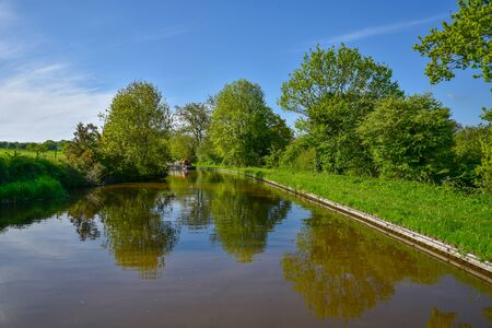 Scenic canal view of the Llangollen Canal near Whitchurch, Shropshire, UK 版權商用圖片 - 138113817