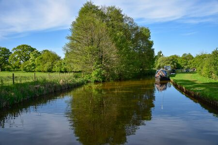 Scenic canal view with mooring narrowboats on the Llangollen Canal near Whitchurch, Shropshire, UK 版權商用圖片 - 138113485