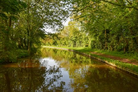 Scenic canal view of the Llangollen Canal near Whitchurch, Shropshire, UK 版權商用圖片 - 140081780