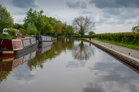 Scenic canal view with mooring narrowboats on the Llangollen Canal near Whitchurch, Shropshire, UK 版權商用圖片