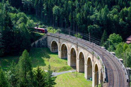 Trein on the viaduct over the Adlitzgraben on the Semmering Railway. 版權商用圖片